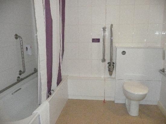 Premier Inn Wolverhampton City Centre Hotel: The handicapped bathroom
