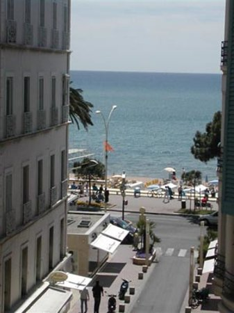 Azurene Royal Hotel: sea view from rooms facing the street