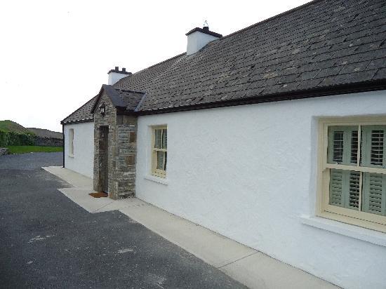 Riverside Cottage: Outside