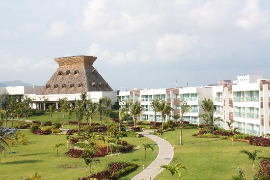 Mayan Palace Acapulco: Una vista desde al cuarto hacia los jardines y al fondo la recepcion