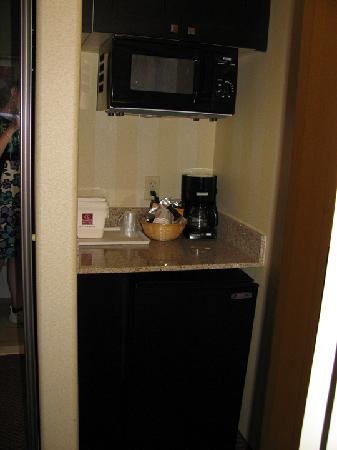 Comfort Suites Highlands Ranch Denver Tech Center Area: Microwave, Fridge, and Cabinets
