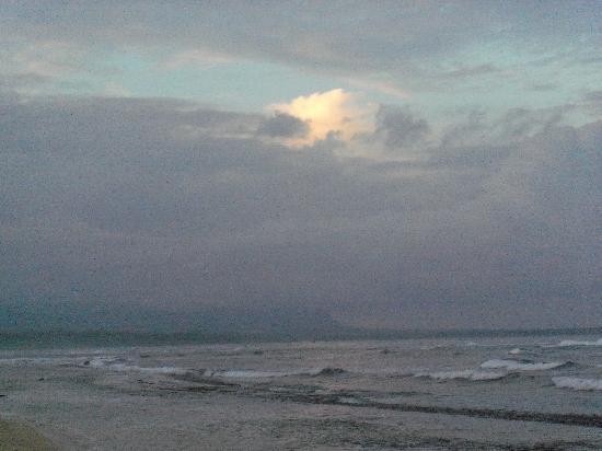Kauai Beach Resort: Beautiful beach, not for swimming, but walking and wading is great!