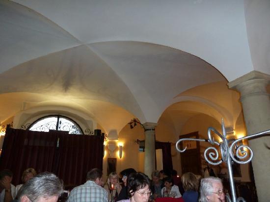 Althansky palac: Alte Gewölbe und Säulen