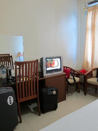 JE Meridien Hotel : TV and desk