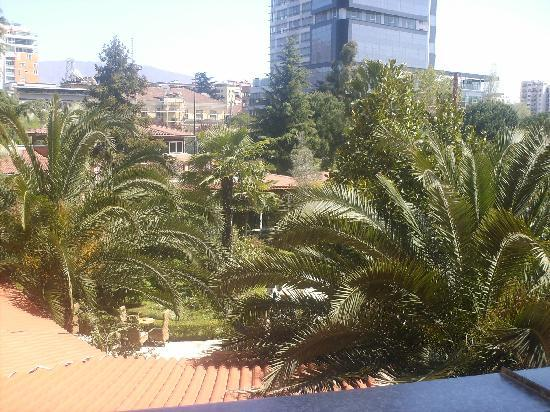Rogner Hotel Tirana: Blick vom Balkon in den Garten