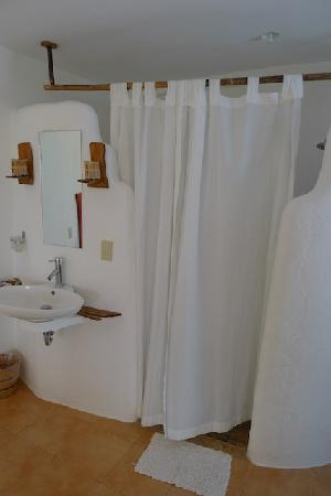 Artista Beach Villas: The bathroom
