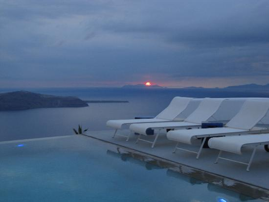 Grace Santorini Hotel: sunset at infinity pool