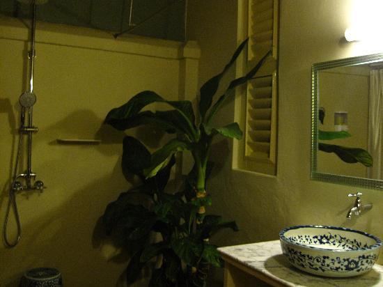 Palanquinn Heritage Suites: outdoor bathroom