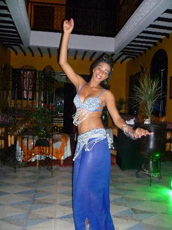 Riad SACR: la danseuse envoûtante