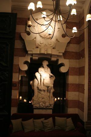 Montecristo/Castillo Pittamiglio: Statue in waiting area