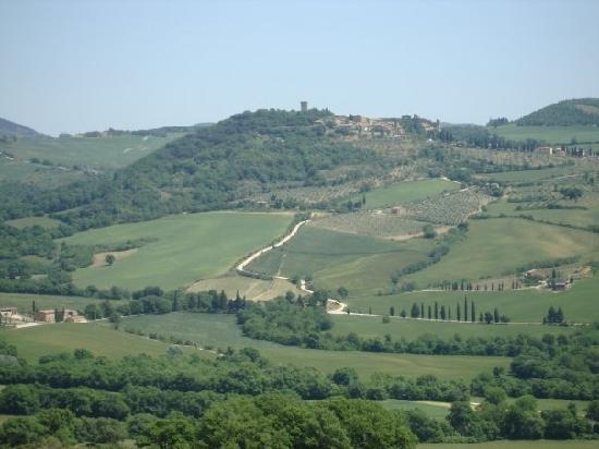 Le Maribelle Appartamenti: Monticchiello from a distance