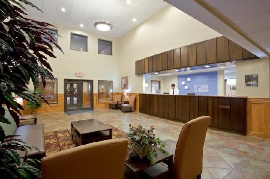 Holiday Inn Express Lincoln South: Front Desk & Lobby