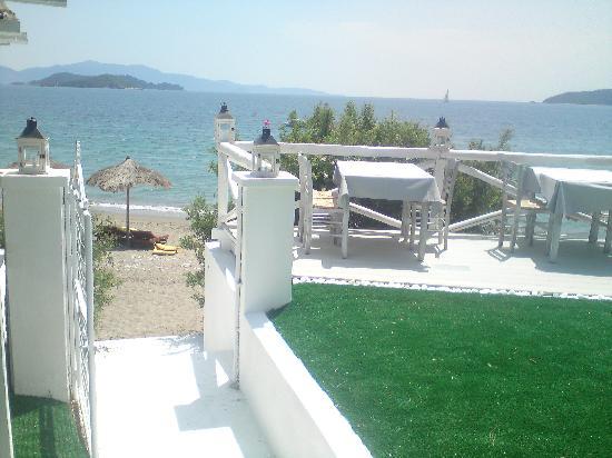 Ta Nissia: beachfront