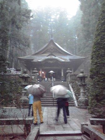 Komagane, Япония: 雨に濡れた光前寺