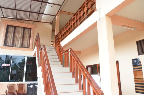 Jammee Guest House: Steps at the entrance for 1st floor