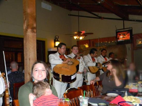 Los Cucos Mexican Restaurant: Mariachi band!