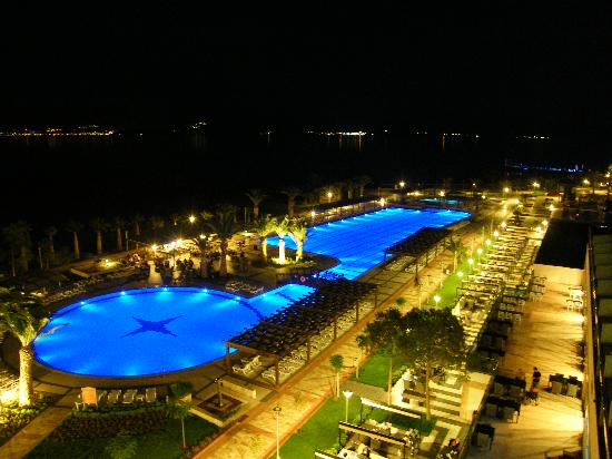 Venosa Beach Resort & Spa: Pool Changes colour from Blue