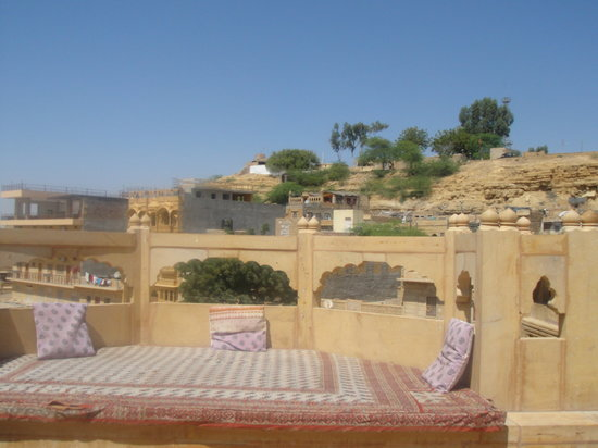 Hotel Lalgarh Fort & Palace : Comfortable alcoves to sit, eat, drink and relax, at the rooftop restaurant