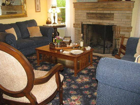 Shady Oaks Country Inn: The Living Room where I spent one rainy evening reading and enjoying a glass of wine