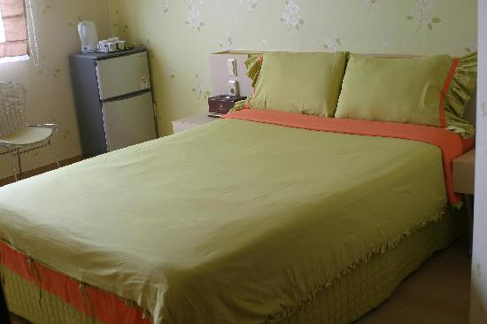 Little France Hotel: Double bed with Green color bedsheet