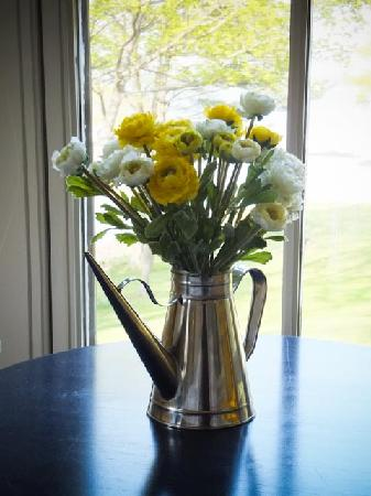 Coveside Bed and Breakfast: fresh flowers in the room
