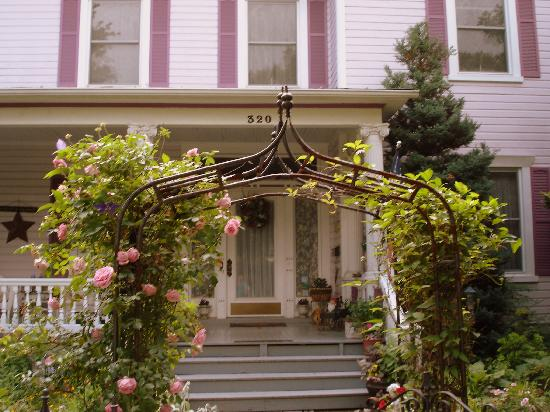 Belle Hearth Bed and Breakfast: rose covered entrance to the inn