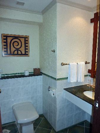 Diani Reef Beach Resort & Spa: part of the bathroom