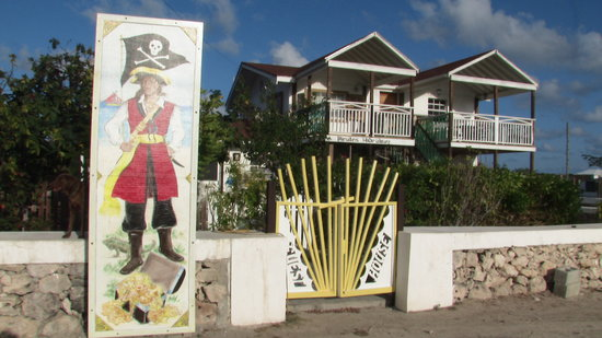 Pirates Hideaway By the Sea Guest House on Salt Cay : Charming Pirates Hideaway guest House close to the Ocean