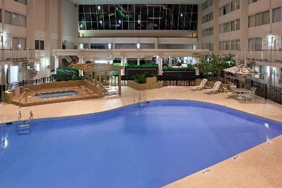 DoubleTree by Hilton Cleveland Westlake: pool