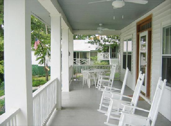 Mountain Lake Cottages: Front porch of Main House with rocking chairs