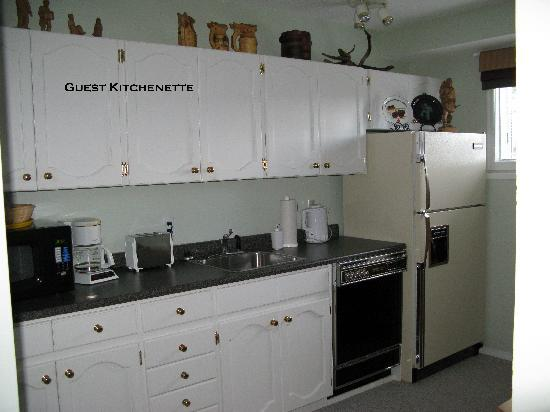 Cedar Heights Bed and Breakfast: Guest kitchenette, ideal for business travellers