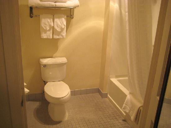 BEST WESTERN Clovis Cole: Clean bathroom - plenty of towels for two