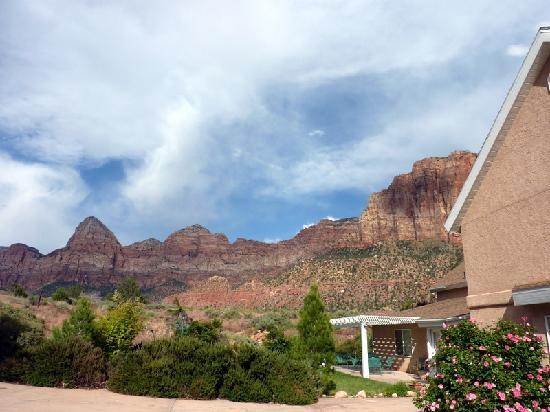 Novel House Inn at Zion: View from rear of B+B
