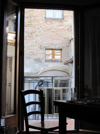 Fabio Apartments San Gimignano: the view of our courtyard