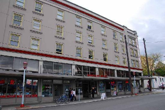 Hostelling International Seattle at American Hotel: シンプルながら合理的なホテルの外観