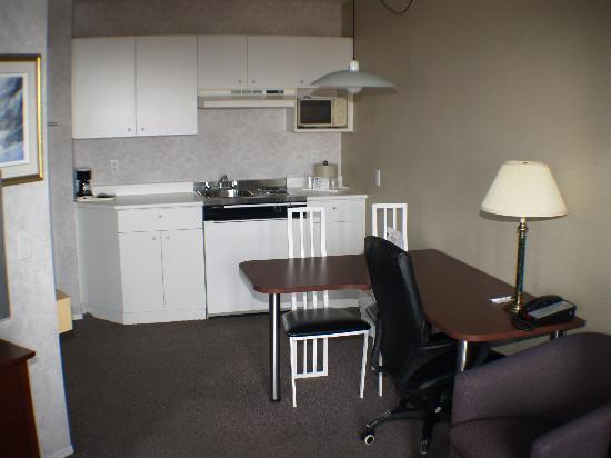 Quality Suites Mont Sainte Anne : Kitchennette