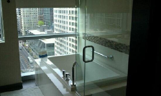 theWit - A DoubleTree by Hilton: Amazing tub...deep