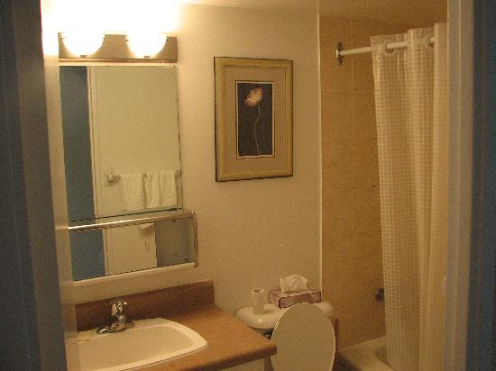 Glen Grove Suites at The Maple Leaf: bathroom