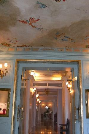 La Voile d'Or: Ceiling at Reception