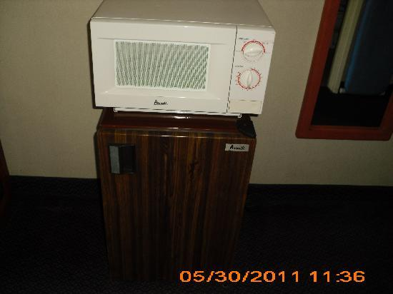 Ramada Limited San Marcos: Microwave and fridge