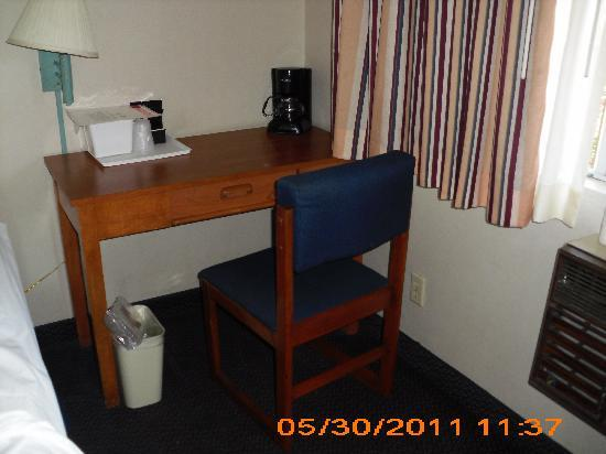 Days Inn San Marcos: desk and chair
