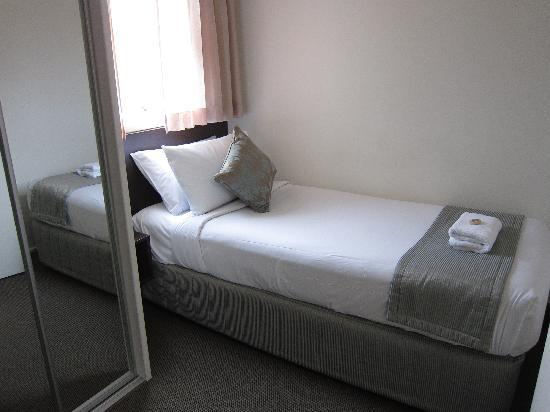 St Ives Apartments: 2 single beds room