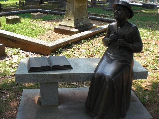 Marietta Confederate Cemetery: Bench with bronze sculpture of Mattie Lyon Harris