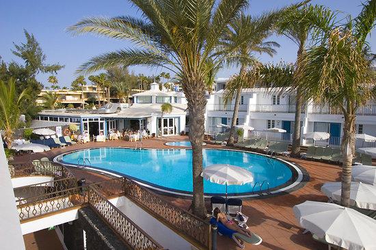Apartamentos Fariones: Vista piscina