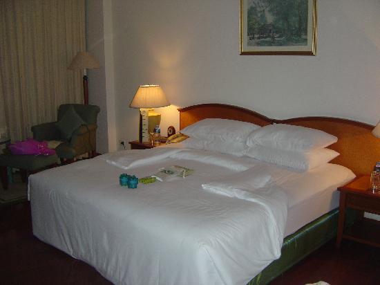 Sofitel Angkor Phokeethra Golf and Spa Resort: chambre et petits cadeaux