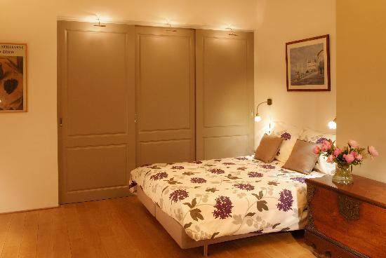 Prince Henry, Private Suites and Gardens : Behind the cupboard panneling..the bathroom