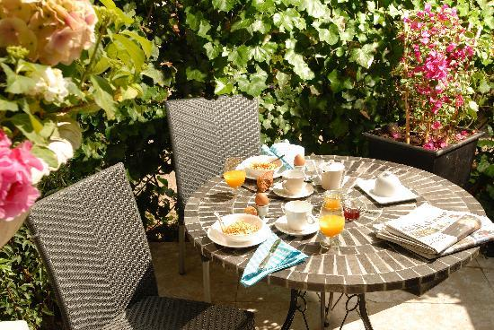 Prince Henry, Private Suites and Gardens : Breakfast on the South Patio