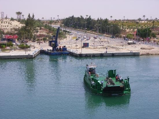 Suez Canal: Der örtliche Nahverkehr erfolgt mit kleinen Kanalfähren