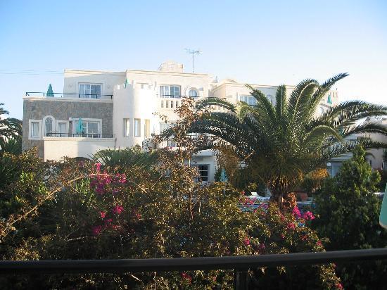 Castle Suites Resort: Utsikt fra en av verandaene, praktfull blomstring