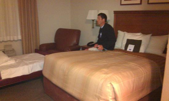 Candlewood Suites: Queen bed with chair and cot